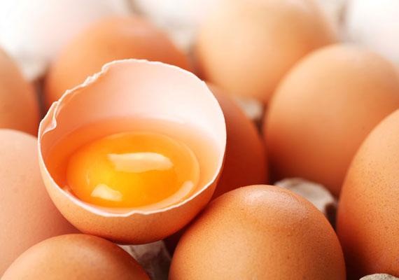 A tojásban A-, B-, D- és E-vitamin, valamint mind a nyolc esszenciális aminosav megtalálható. Tápláló hajpakolásként egyszerűen keverj össze kettőt, masszírozó mozdulatokkal vidd fel a fejbőrödre, majd 20 perc után öblítsd ki langyos vízzel.
