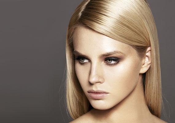 A hajfestés kétoldalú, van, akinek segít a korpásodáson, mert a durva kémiai anyagok elpusztítják a korpát okozó kórokozókat, de van, akinek a fejbőre nem tolerálja a festést, kiszárad, és elindul a hámlás.