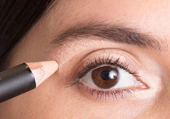 Ne feledkezz meg a szemhéjról és a szemzugról se, sokszor itt is sötétebb a bőr. Fontos, hogy erős fényben is ellenőrizd a végén az eredményt, mert a meggyűlt, csíkos festék nem szép látvány.
