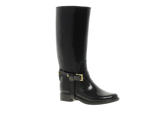 A lábszárközépig érő csizmák kettévágják a sziluettet, rövidnek és vastagnak mutathatják a lábat, ahogyan a magasabb állású bokacsizmák is.