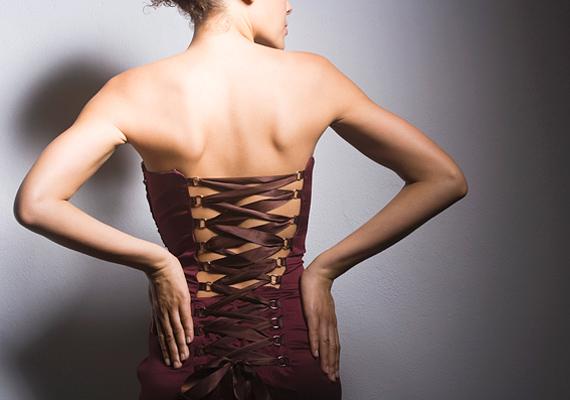 A fűző nem önálló viselet: ruha alatt nagyon jó szolgálatot tehet, sőt, a hálószoba falai között is biztos sikert arat, de a hétköznapokban rosszul tolerálható. Közönséges és vulgáris.