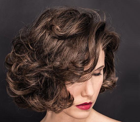 Ha van egy kis időd, akkor rendezd laza hullámokba a hajad. A göndörség mindig huncut, és nagyon nőies.