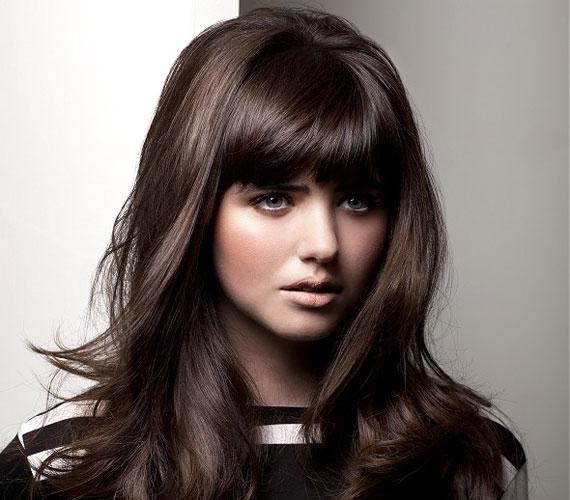 Ennek a frizurának a báját a mély csokoládészín és a fényes fürtök adják, egy nagyobb körkefével könnyen beszárítható.