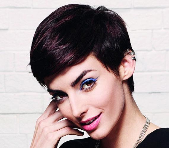 A hosszú haj is lehet nőies, ez a franciás, sikkes pixie szinte minden arcformához jól áll, kiemeli a szemeket.