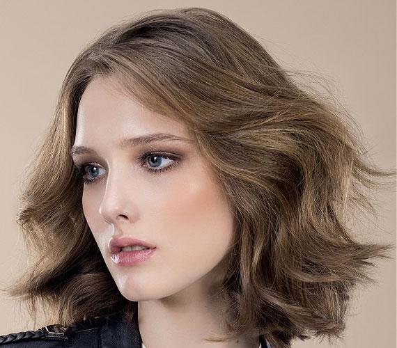 A hetvenes éveket idéző frizura, ami egyszerűségével hódít. Természetesen hullámos hajból magától is beáll, de nagy csavarókkal egyenes hajból is előállítható.