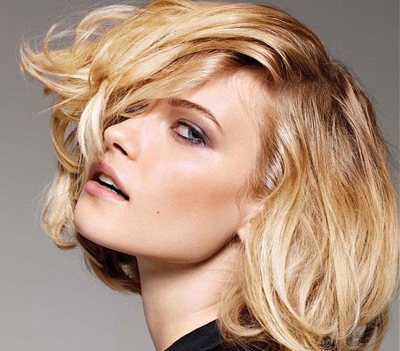 Ezt a félhosszú frizurát nem kell nagyon beszárítani, csak arra kell figyelni, hogy ne essen össze. Ezt úgy tudod elérni, ha a hajat a fejbőrtől elhúzva szárítod.