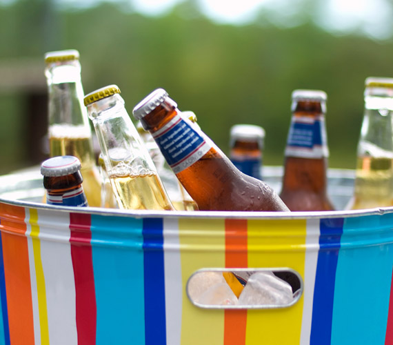 Az alkohol káros az egészségre és a bőrre is, vízhiányt alakít ki, és ebből ráncok lesznek. Nemcsak ital formájában érdemes kerülni, hanem a fürdőszobapolcról, például arctonik formájában is jobb száműzni.