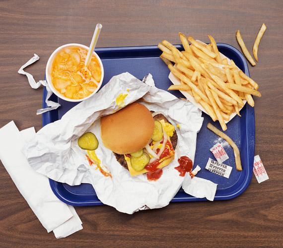 A gyorsételek igazán alattomosak. Kevés szó szerinti tápanyagot tartalmaznak, viszont a hasat megtöltik, így az, aki sok ilyet eszik, valószínűleg kevesebb vitamindús, ásványi anyagokban gazdag ételt fogyaszt.