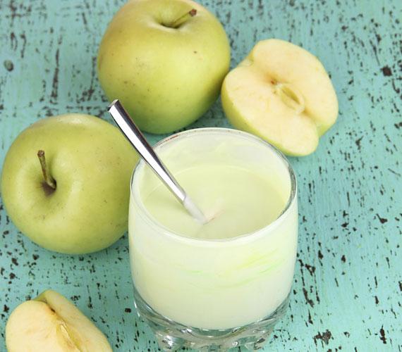 Reszelj le egy almát, és keverd el annyi joghurttal, hogy kellemesen kenhető krémet kapj, majd vidd fel a megtisztított arcra, és tíz percig hagyd fent. Ez a pakolás remekül hámlaszt, megszabadít az elhalt hámsejtektől, minden bőrtípusra használható.