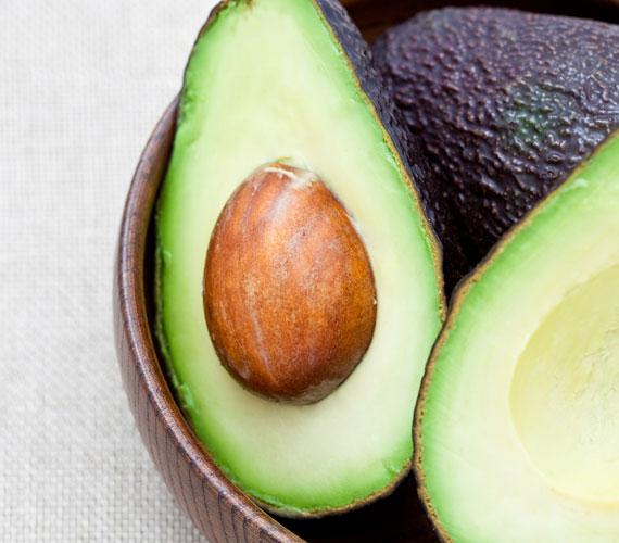 Az avokádó a száraz bőr legnagyobb barátja, értékes olajai télen különösen jót tesznek az arccal. Használd egyszerűen magában, villával összetörve, 20-30 percig hagyd fent a megtisztított arcon.