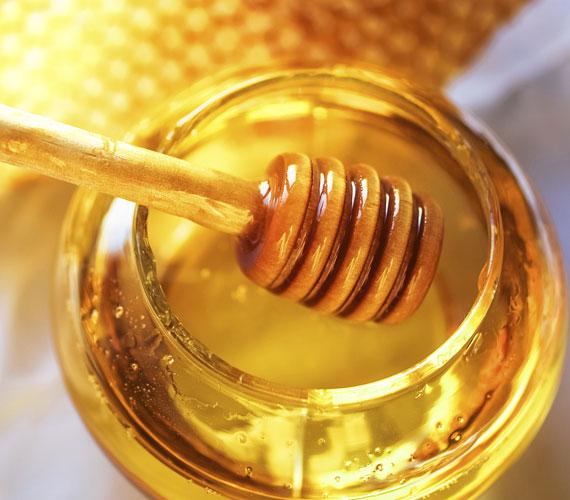 A méz nagyon jó fertőtlenítő és tisztító, a zsíros bőrnek áldás, de vízhiányos bőrön nem szabad használni, vagy csak ritkán, mert a tévhitekkel ellentétben nem hidratál. Magában érdemes használni, megtisztított arcon természetesen, negyed óránál nem kell tovább fent hagyni.