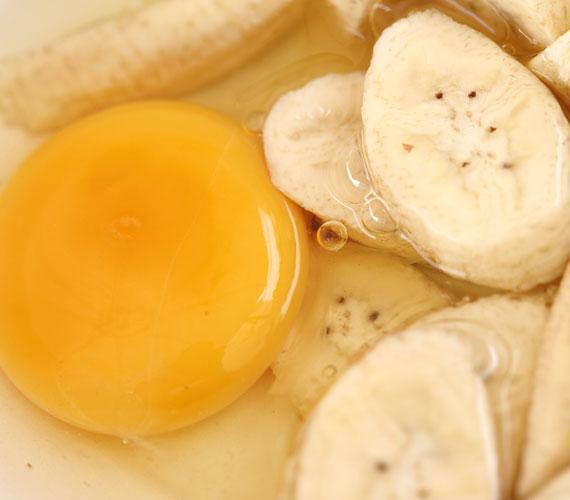 A banán és a tojás elsősorban az érettebb bőrnek való, de ha kiszáradt, vagy úgy érzed, hogy egy kis táplálásra van szüksége, akkor bármilyen életkorban bevethető. Egy fél banánt és egy tojást turmixgépben keverj össze, majd vidd fel a megtisztított bőrre. Ha nagyon folyós lenne, akkor adj hozzá zabpelyhet. 20 percig hagyd az arcodon, majd mosd le.