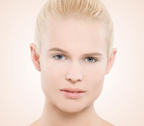 A sminked akkor lesz igazán ragyogó, ha a bőröd tiszta és makulátlan, ezért a bőrtípusodnak megfelelő lemosóval távolítsd el a szennyeződéseket, majd használd a szokásos hidratáló krémedet. Ezután a bőrtónusodnak megfelelő tartós alapozót kell felvinned egyenletesen, figyelve az áll vonalára és a nyakra.