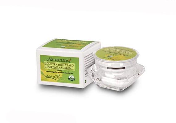 A Naturissimo zöld teás nappali arckrémje igazi natúrkozmetikum, amelynek hatóanyagai a száraz bőrt varázsolják újra élettelivé. A 12-es fényvédő faktorszámú krém ára 4950 forint.