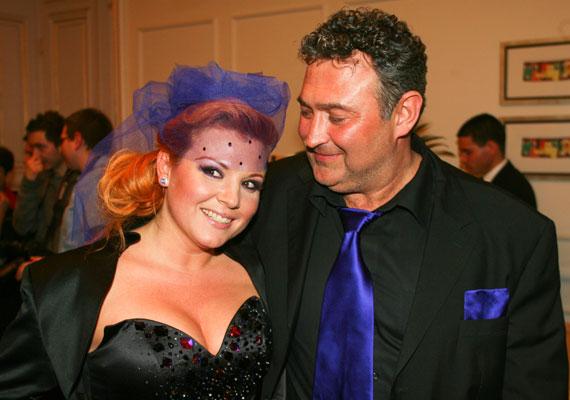 Ilyen alkalmi frizurát viselt szintén 2010-ben, Gesztesi Károly oldalán.