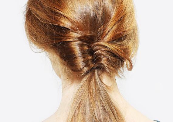 Ha összefogtad a hajad, kicsit engedd lazábbra, majd a közepén, egyfajta hurokként húzd át a copfodat. Rögzítsd hajgumival a végeredményt.