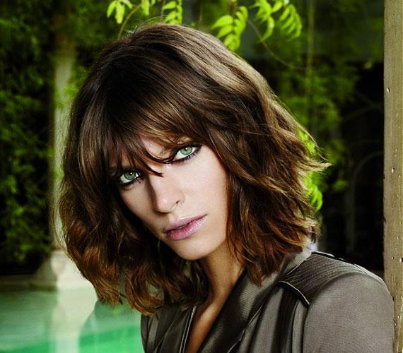 Akkor is jól mutat, ha egy picit rövidebbre vágják a tincseket. Ez az a frizura, ami tényleg mindenkinek jól áll.