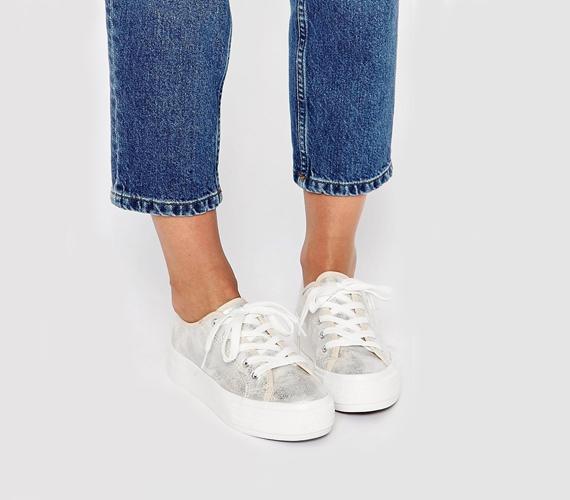 """Csaknem minden lábbelitípust érint ez a divathullám, ennek köszönhetően pedig a sportcipők sem maradnak ki belőle. Tetszés szerint választhatsz cipőfűzőst vagy """"belebújóst"""" is, hiszen mindegyikből találsz majd magas talpú, szuperdivatos darabot."""