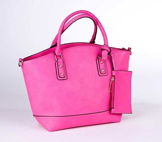 Ha szereted, ha minden holmid befér egy kézitáskába, akkor ajánljuk figyelmedbe ezt a pink darabot. Biztos, hogy feldobja majd a szürke hétköznapjaid.A táskát 4200 forintért tudod megvenni az AsiaCenterben.