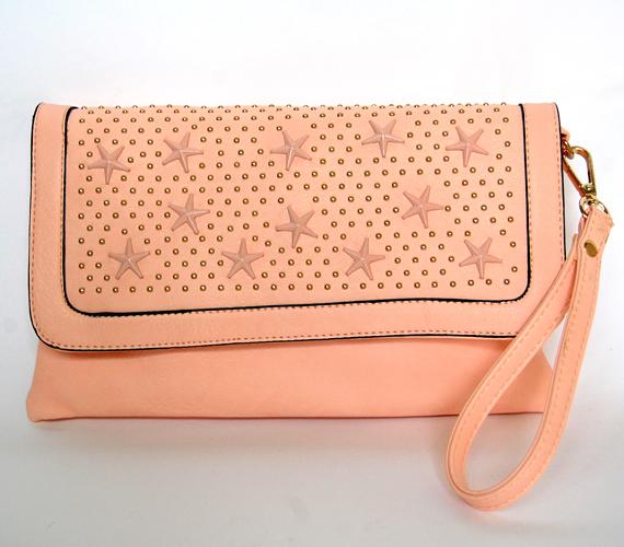 Alkalmi táskának is kitűnő választás ez a púderszínű, csillagokkal és szegecsekkel díszített táska. Ára 3000 forint az AsiaCenterben.