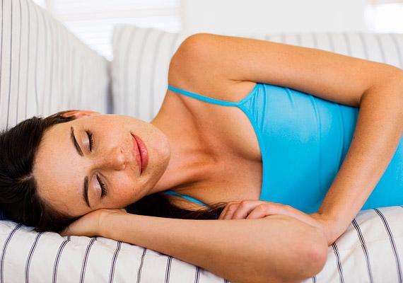 Milyen pózban alszol? A gravitáció fekvő helyzetben is hat a mellekre, és lefelé húzza őket, ezért - különösen, ha nagy keblekkel rendelkezel - érdemes egy kispárnát tenni közéjük, hogy ne le lógjon egyik cicid sem a levegőben.