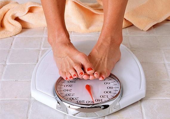 Milyen gyakran fogyókúrázol? Az állandó jojó nemcsak a szervezetedet viseli meg, de a kötőszövetre is hatással van. A gyors hízás és fogyás megköveteli a bőrtől, hogy folyamatosan kinyúljon, aminek következtében elveszítheti rugalmasságát, és ráncossá válhat. Ezért is fontos, hogy próbáld a súlyodat ideális keretek között tartani, vagy ha fogyókúrába fogsz, ne hirtelen akard leadni a túlsúlyodat - ezt a szervezeted is megköszöni majd.