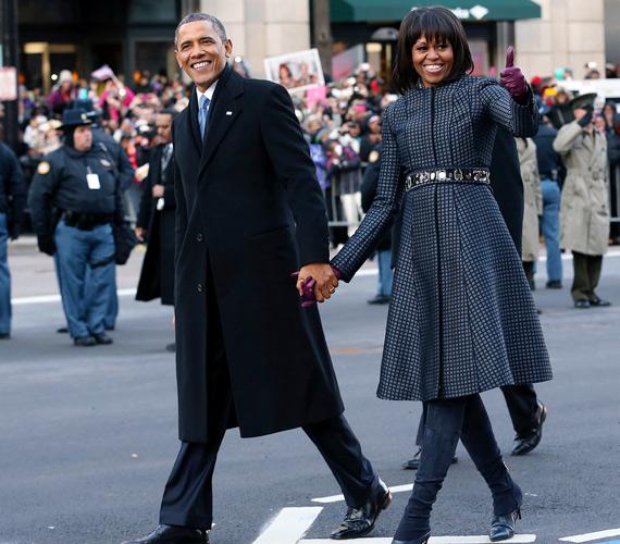 Az elnöki beiktatásra egy szürke Michael Kors kabátot vett fel, ami elegáns, de visszafogott volt, így nem vonta el a figyelmet a férjéről, amit egyébként gyakran megtesz.