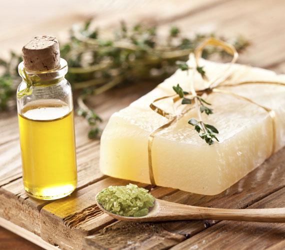 Sok szappanba tesznek illóolajokat. Az illóolajok, bár természetesek, irritáló hatásúak lehetnek, bőrpirosodást, viszketést, ekcémát is okozhatnak.