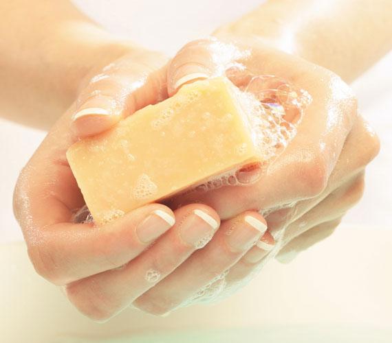 Marónátron, nátronlúg, marólúg, hivatalos nevén nátrium-hidroxid. Ez az anyag szükséges minden szappan gyártásához, legyen az természetesnek beállított vagy egyszerű bolti. Ebből visszamaradhat a szappanban, így a kemikáliamentességet el kell felejteni a szappan esetén.