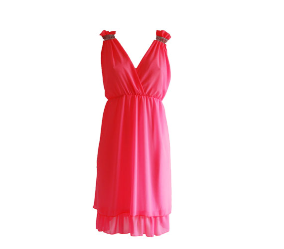 Ha a pirosat erősnek érzed, akkor ez a strasszokkal díszített, ciklámenszínű ruha is kellőképpen feldobja az estét. Csodaszép dekoltázst varázsol kisebb mellekből is. 3800 forint. Asia Center/Wink Sport&Fashion.