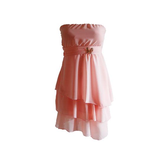 Esküvőkön nálunk is egyre nagyobb divat, hogy a koszorúslányok egyféle ruhába öltöznek. Ha nem akarsz vagyonokat költeni erre, akkor ez a lepkedíszes, púderrózsaszín ruha tökéletes választás lehet, mert 3500 forintba kerül. Asia Center/Trend.