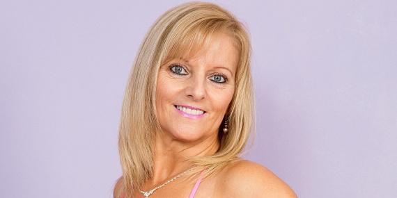 Amanda 54 évesen is fantasztikusan mutat a közeli képeken, így nem csoda, hogy sokan mondják neki, akár 10-15 évet is letagadhat. A versenyen az ott legidősebbnek számító harmincasok kategóriájában is megállta a helyét.
