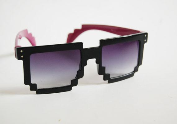 Mókás, pixeles szemüveg számítógép- és Facebook -függőknek, a nyári bulik elengedhetetlen kelléke. Asia Center, MX Bizsu -1000 forint.