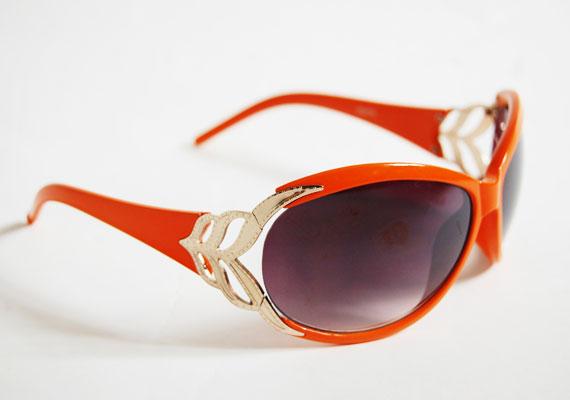 Arannyal díszített napszemüveg, ami nem esik túlzásokba, hiszen a fémes minta egyszerű formával párosul. Asia Center, MX Bizsu - 1000 forint.