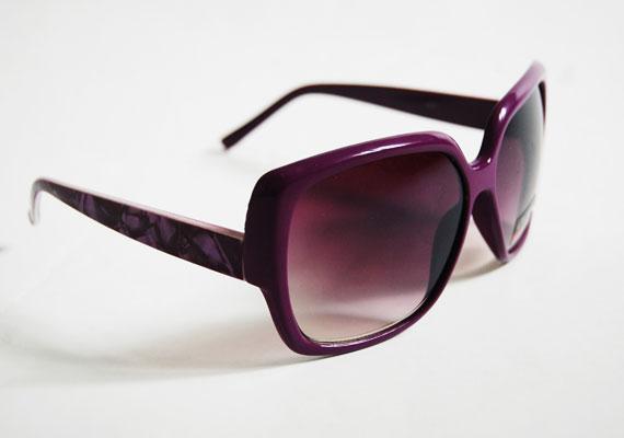 Ez a szemüveg tényleg mindenhez megy, a lila lencse pedig élénkebbnek mutatja a színeket. Asia Center, MX Bizsu - 1000 forint.