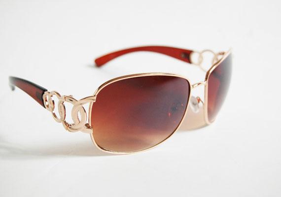 Ha valaki szereti a komolyabb kiegészítőket, akkor ez a napszemüveg tökéletes neki. Asia Center, MX Bizsu - 1500 forint.