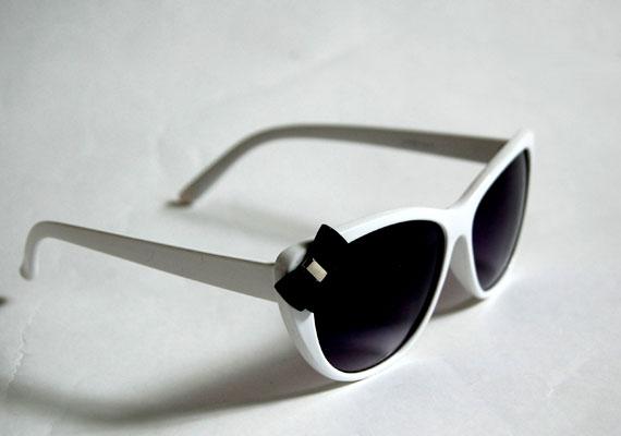 Bájos, fehér keretes retró szemüveg, ami tökéletesen kombinálható nyári ruhákkal, farmeres szettekkel. Asia Center, Ijsberg - 1990 forint.