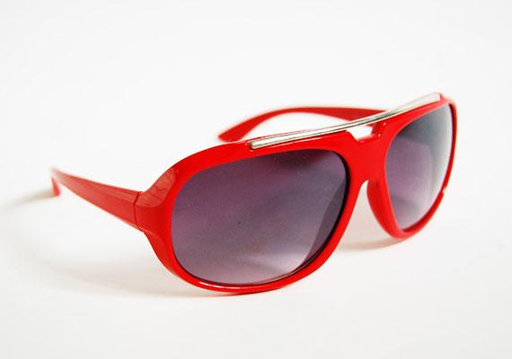 A nyolcvanas évek még mindig divatban vannak, ez a szemüveg pedig tökéletesen visszahozza őket. Sportos szettekhez remek. Asia Center, MX Bizsu - 1000 forint.
