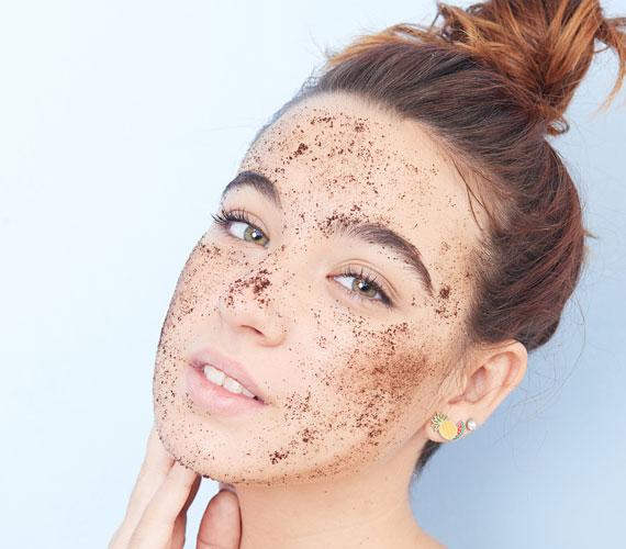 Az arcradír gyorsan megszabadít az elhalt hámsejtektől, és felfrissíti a bőrt, ha azonban túl durva szemcsékből áll, mikrosérüléseket okoz a bőrön. Itt egyrészt könnyebben bejutnak a kórokozók, másrészt hajszálerek elpattanását okozhatja.                         Használj kémiai hámlasztókat vagy gyümölcsöt, például alma és joghurt keverékét, esetleg szódabikarbónát, ami kicsit kíméletesebb.