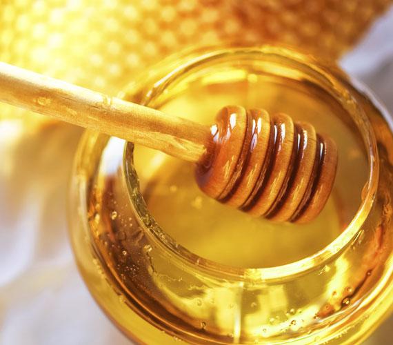 A mézet sokan a cukor alternatívájának gondolják, és valóban rengeteg értékes tápanyagot tartalmaz, de a cukrot ezzel helyettesíteni nem annyira jó ötlet. Ugyanolyan gyorsan felszívódó szénhidrát, mint a fehér cukor, és nem tesz jót a bőrnek, mert a kollagénrostokat rugalmatlanná teszi, ha nagy mennyiségben fogyasztod. Ha nem megfázás ellen használod, akkor inkább xilitet vagy eritritet fogyassz cukor helyett.