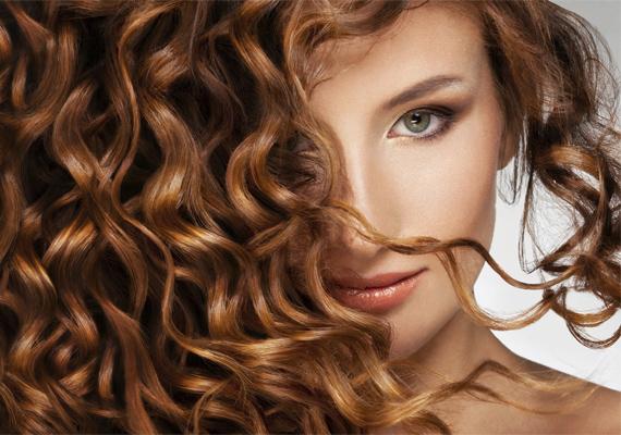 Egy sokszorosan fixált hajba lehetetlenség beletúrni, ezért hiába is bajlódsz órákat a göndörítéssel, a pasikat ez a legtöbbször hidegen hagyja.