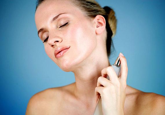 Egy jó parfüm kiemelheti a saját illatodat, de ha túl sokat használsz belőle, az már zavaróvá válhat. Ha lehet, kerüld a tömény és erős illatokat, és a többszörös illategyveleget is: azaz,a parfümöd passzoljon az izzadásgátlódhoz, hogy ne legyen pacsuliszagod.