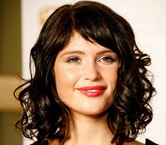 Gemma Arteton rövid frufruja és hullámai igazán pajkosak. Ha nem göndör a hajad, akkor csavaróra lesz szükséged.