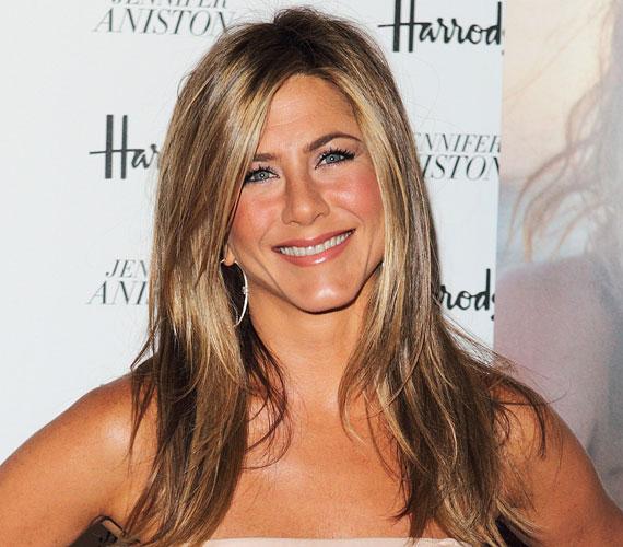 Jennifer Aniston nem maradhat ki egy hajas összeállításból. Az arc melletti szőke fürtök fiatalítanak.
