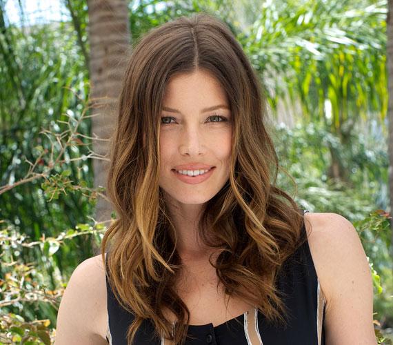 Jessica Biel egyszerű, középen elválasztott haja sem igényli fodrász kezeit, otthon is könnyen elkészíthető.