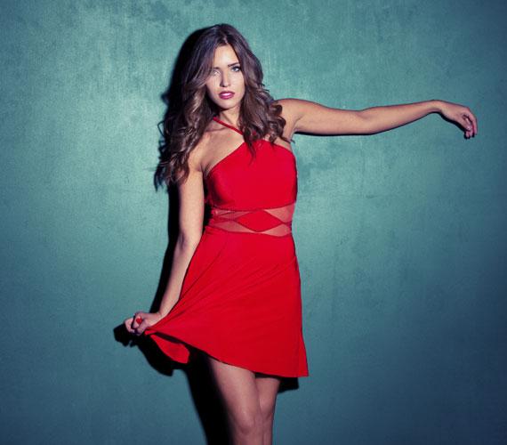 A The Journal of Personality and Social Psychology tanulmánya szerint egy vörös színű ruha viselése még vonzóbbá teszi a nőket - nem véletlenül nevezik a csábítás színének.