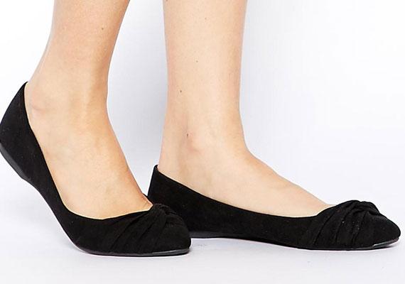 Egy egyszerű bőr balerinacipő a legpraktikusabb cipő, amit csak beszerezhetsz. Itt is érdemes letisztult fazont választani, maximum egy minimális díszítéssel.