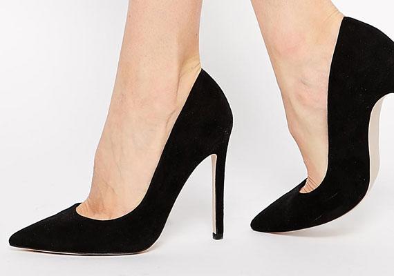 Egy szép, fekete magassarkú cipőnek minden nő szekrényében ott a helye. Nem kell, hogy tűsarkú legyen, de a kecses forma csodákat művel a lábbal. Ráadásul ez egy olyan alapdarab, ami tényleg mindenhez megy, a farmertól az estélyi ruháig.
