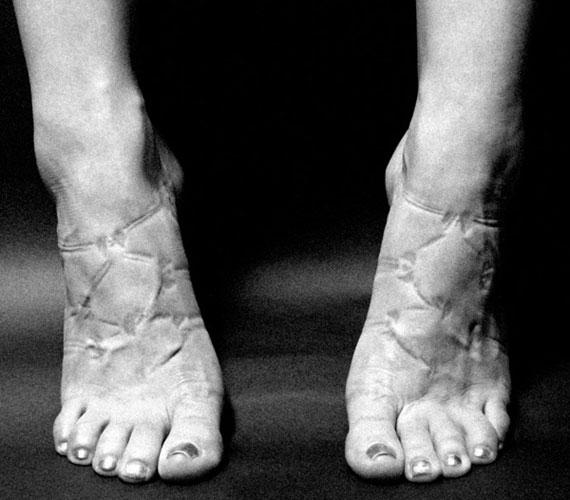 A lábak könnyen bedagadnak, a keringés lassul. Szép egy ilyen szandál, de nem biztos, hogy megéri viselni.