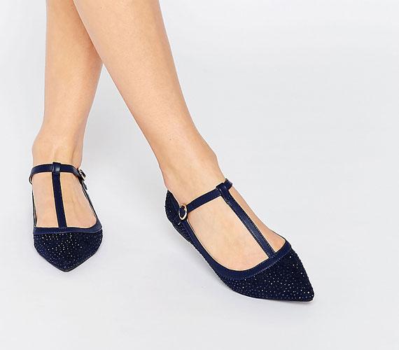 A pántok sok cipőn ott lesznek. Minél alacsonyabban van a pánt egy cipőn, annál kevésbé mutatja rövidnek a lábat.